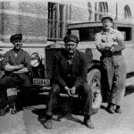 8 ägare Nils Bäck 1930-talet utanför Lundby fabriken modell PV650